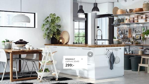 Ett vitt och fräscht kök med RINGHULT lådfronter.