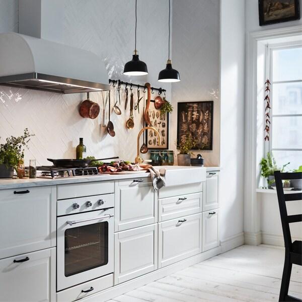 évier de cuisine éclairé par deux pendentifs