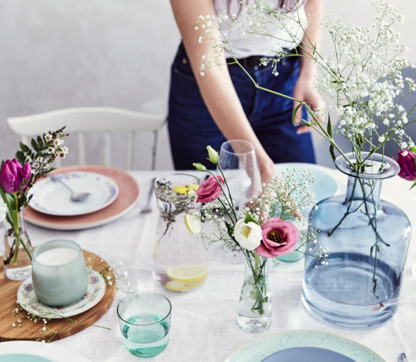 Postavi stol s pomoću cvijeća tijekom ljeta