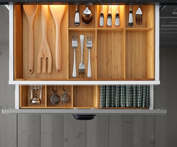 SEKTION Kitchen drawers with VARIERA bamboo interior organizers