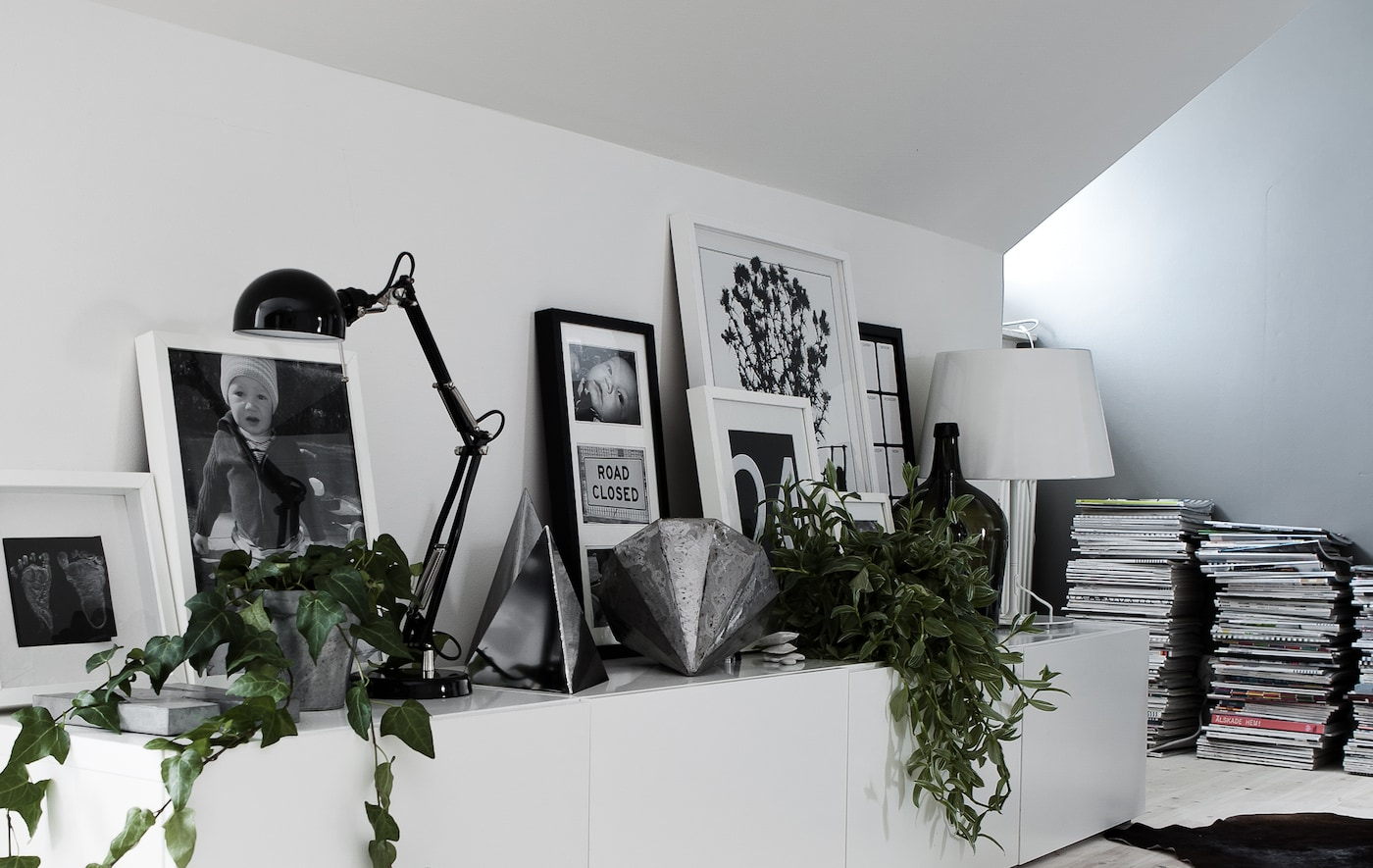 Faire chevaucher cadres, lampes et décorations crée un effet épatant.