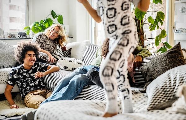 Famiglia che si sta divertendo in soggiorno - IKEA