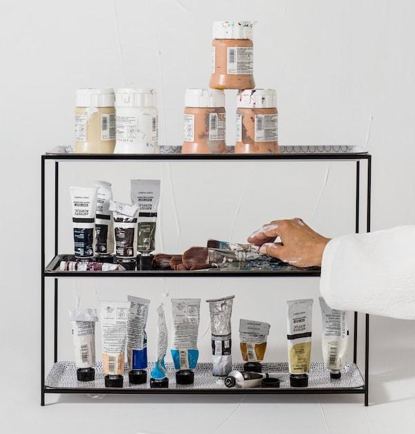 Farbtuben und Pinsel in einem SAMMANHANG Tabletthalter mit Tabletts