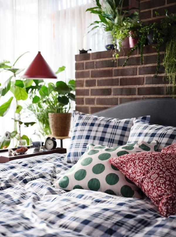 Farebné posteľné obliečky na posteli.
