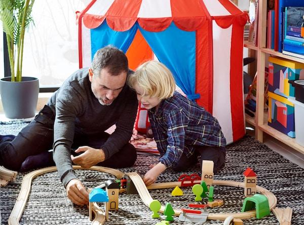 Farebný detský stan, v ktorom sa hrajú dve malé deti.