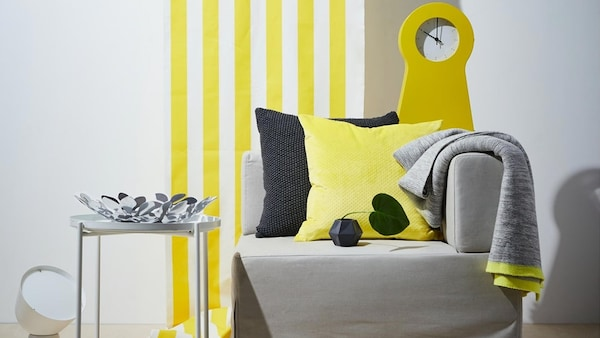 fauteuil-coussins-table-basse-gris-et-jaune