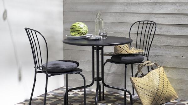 COnjunto de sillas y mesa de metal negro LÄCKÖ IKEA