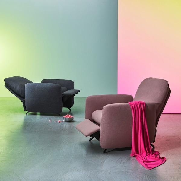 Deux relax EKOLSUND, en gris et en brun-rose, avec repose-pieds intégré dans différentes positions.