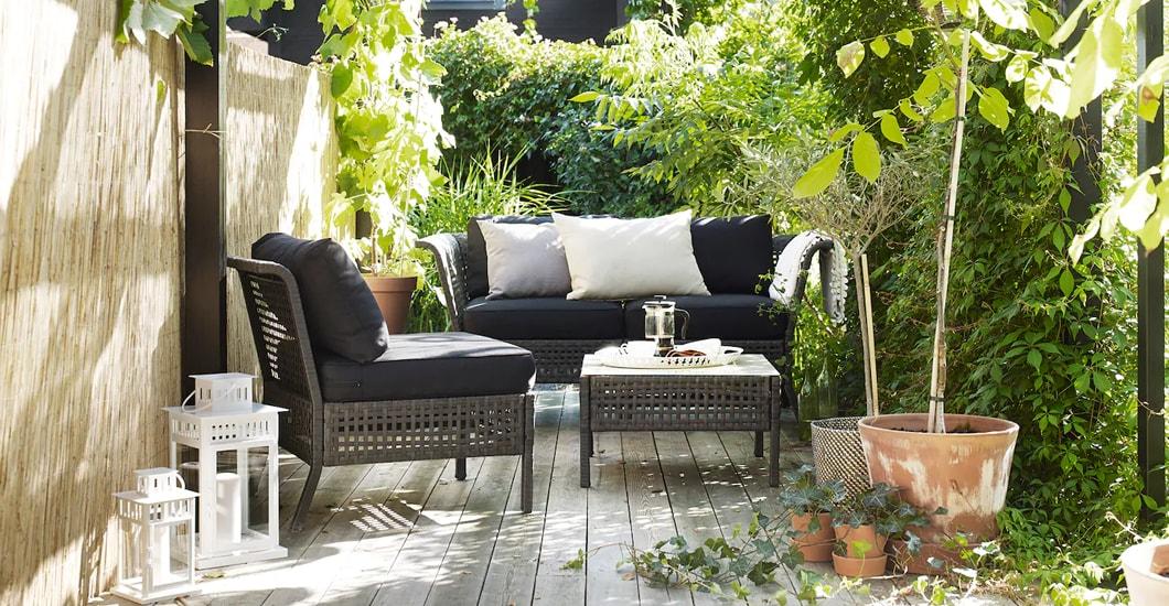 IKEA KUNGSHOLMEN Loungesofa und Sessel auf einer Terrasse voller Grün