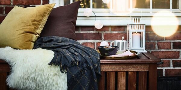 Felle, Kissen, Decken und anderen Accessoires in herbstlichen Farben