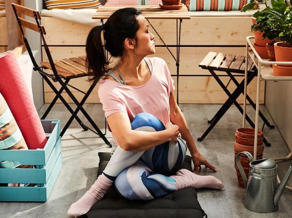 femme-assise-par-terre-dans-une-position-de-yoga