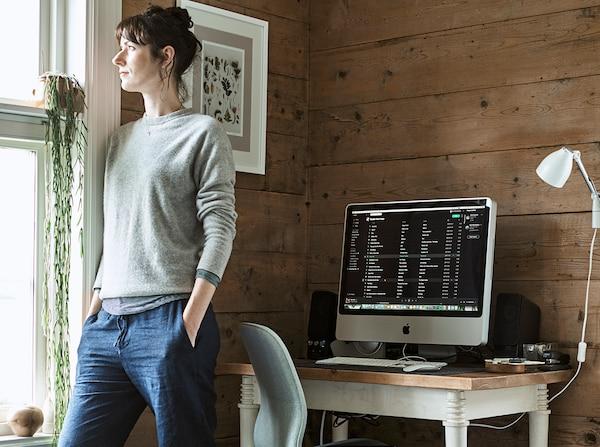 femme-salon-teletravail-ordinateur-support-pc