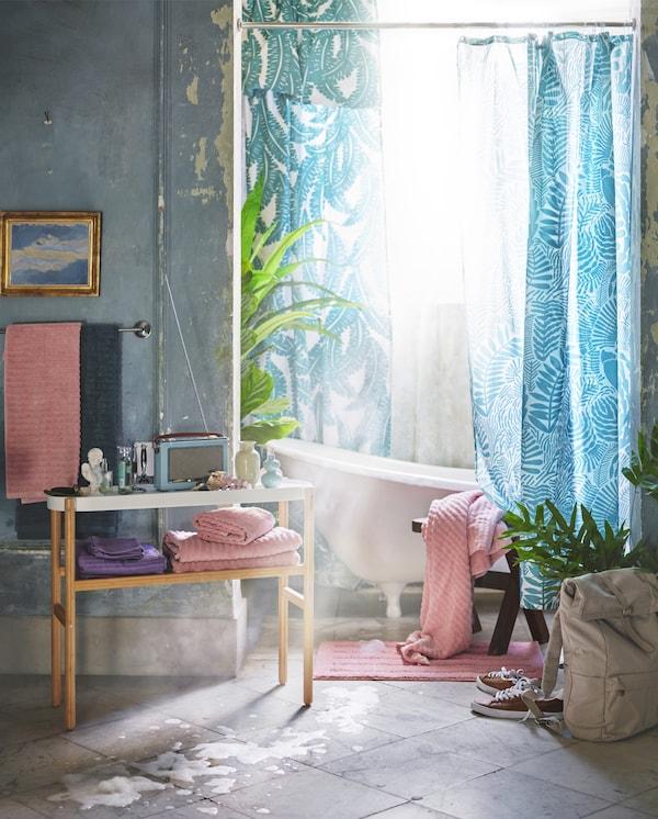 Fény szűrődik be a fürdőszobába és élénk színű kiegészítőket látunk.