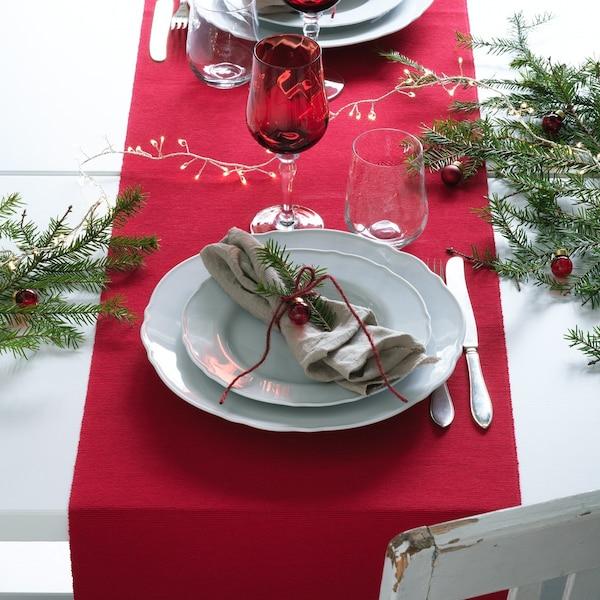 Festlich gedeckter Tisch: Geschirr für Weihnachten