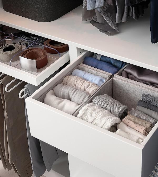 Filcane KOMPLEMENT kutije za odlaganje u sivoj nijansi, napunjene pastelnom odećom, na beloj fioci.