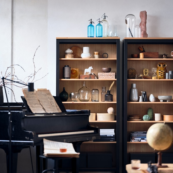 Find cabinets that adapt to your needs – and to all your favourite things and collectibles.