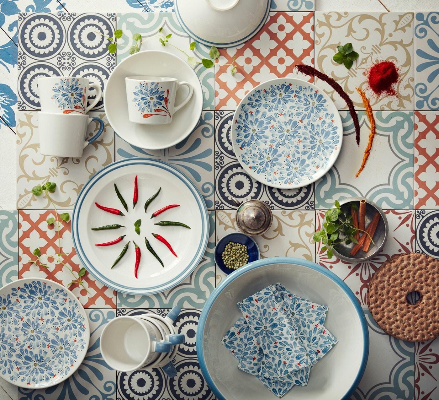 FINSTILT Teller elfenbeinweiß/blau, dekoriert mit roten und grünen Chilis.