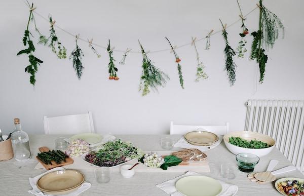 Fleurs accrochées à une ficelle, au-dessus d'une table.