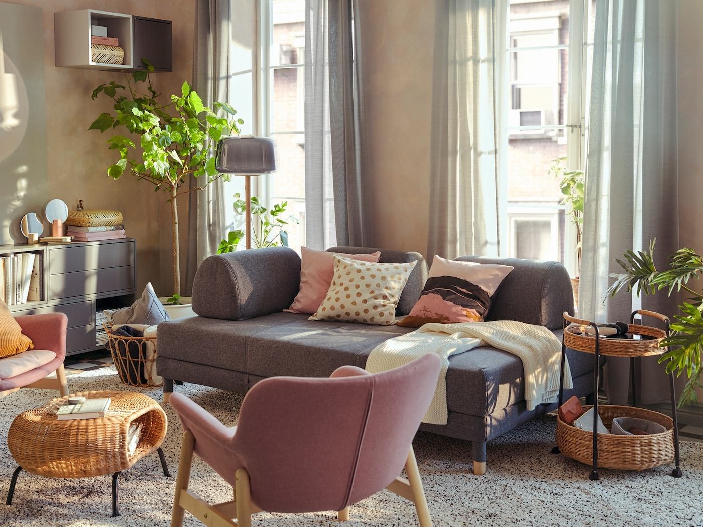 FLOTTEBO Bettsofa in grau in einem Wohnzimmer Setting mit Teppich, Vorhängen und Beistelltischen
