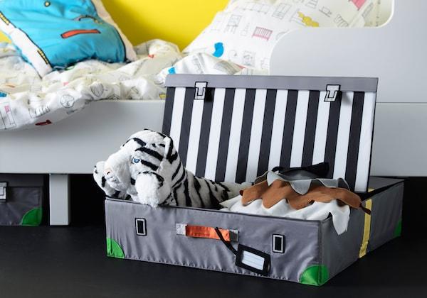 FLYTTBAR Spielzeugkoffer, gefüllt mit Stoffspielzeug
