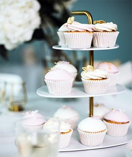 FÖRÄDLA Etagere gefüllt mit rosa-weißen Cupcakes