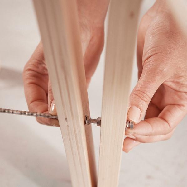 Forez un petit trou, dans un seul pied, à 20 cm de hauteur, pour deux des trois tabourets.