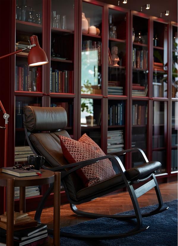 Fotel bujany IKEA PÖANG z ciemnobrązowej skóry.