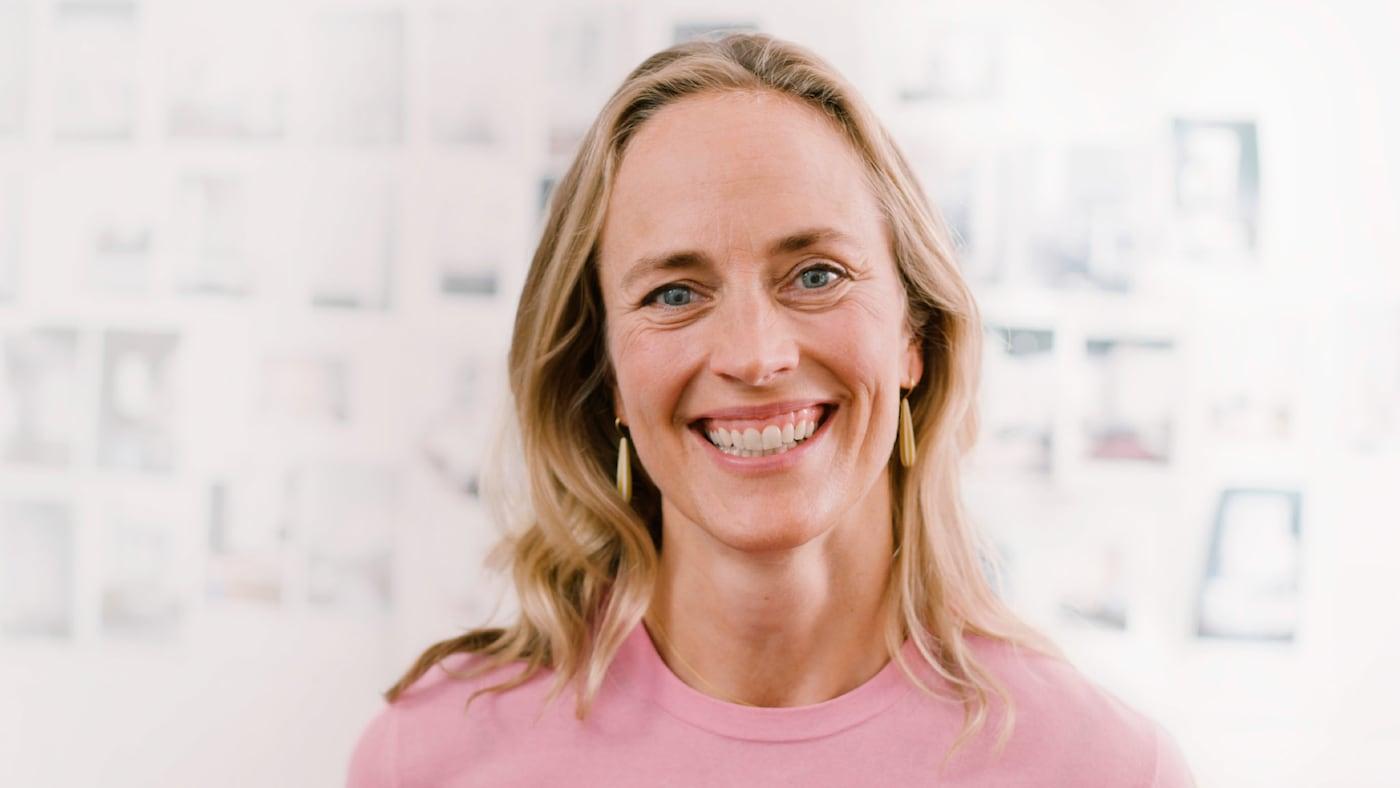 Fotografia de uma designer da IKEA a sorrir.
