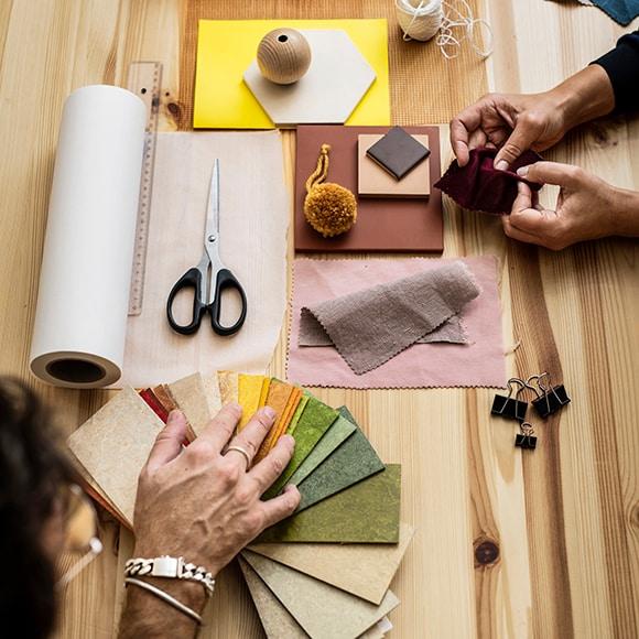 Fournitures pour aterlier de décoration posées sur table
