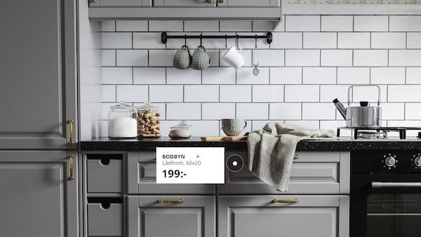 Fräscht och vitt kök med RINGHULT lådor.
