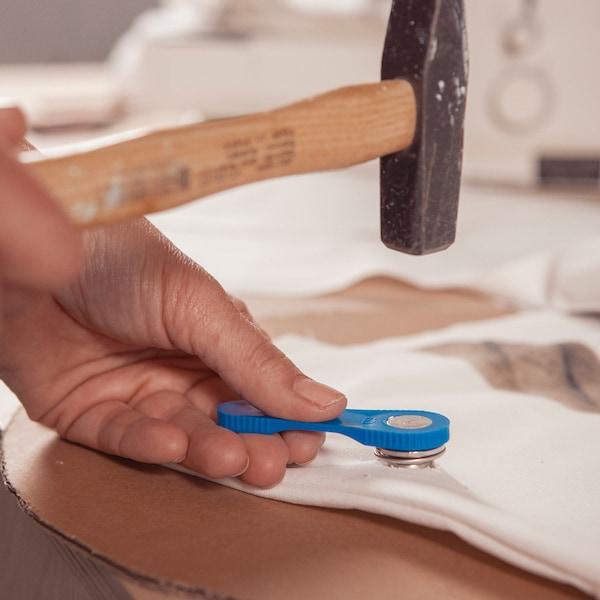 Frappez deux œillets dans le haut du tissu.