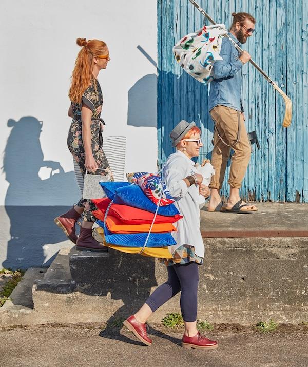 Für die Sommerparty im Freien: jede Menge Kissen und eine Picknickdecke aus der bunten SOMMAR 2019 Meterware.