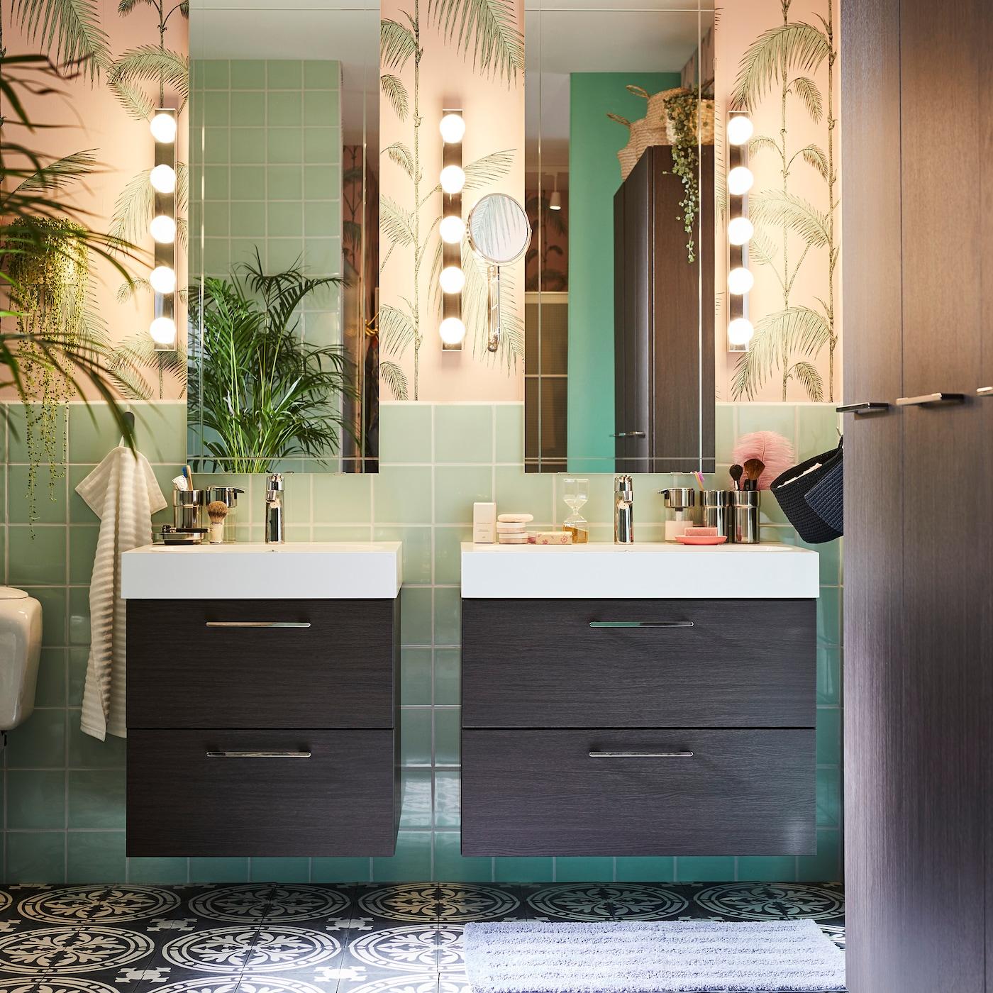 Fürdőszoba 2 tükörrel, 2 mosdóval és tárolóhellyel, kihúzható részekkel, fali világítással és növénnyel.