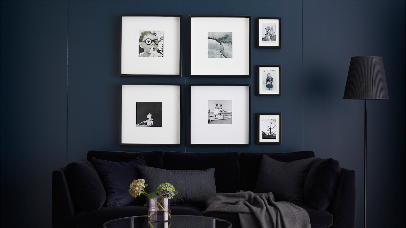 Galerie murale avec cadres contenant des photos en noir et blanc.