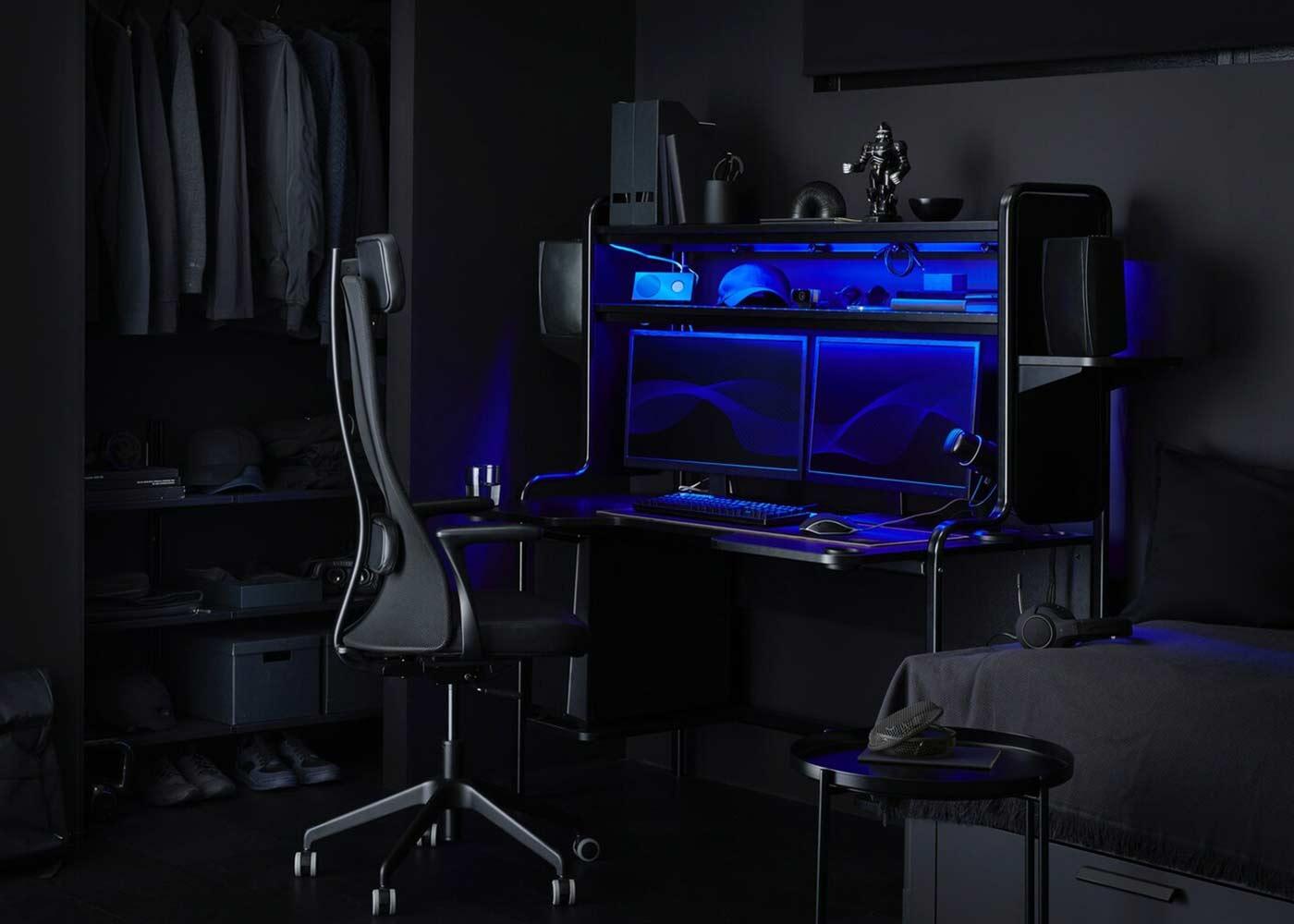 Gaming Schreibtisch und Drehstuhl in einem abgedunkelten Raum