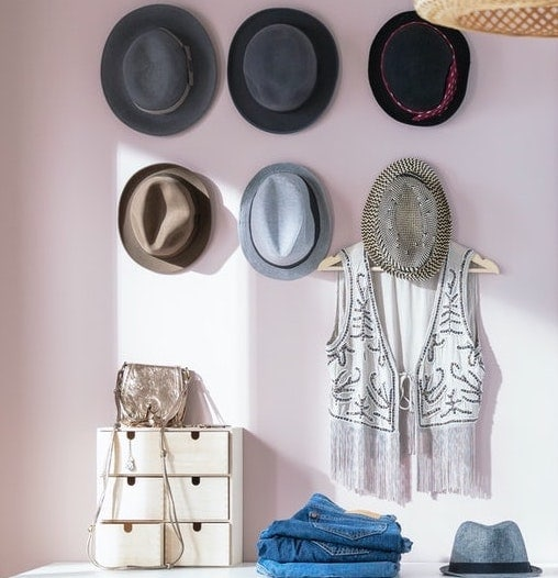Ganchos en la pared para colgar accesorios