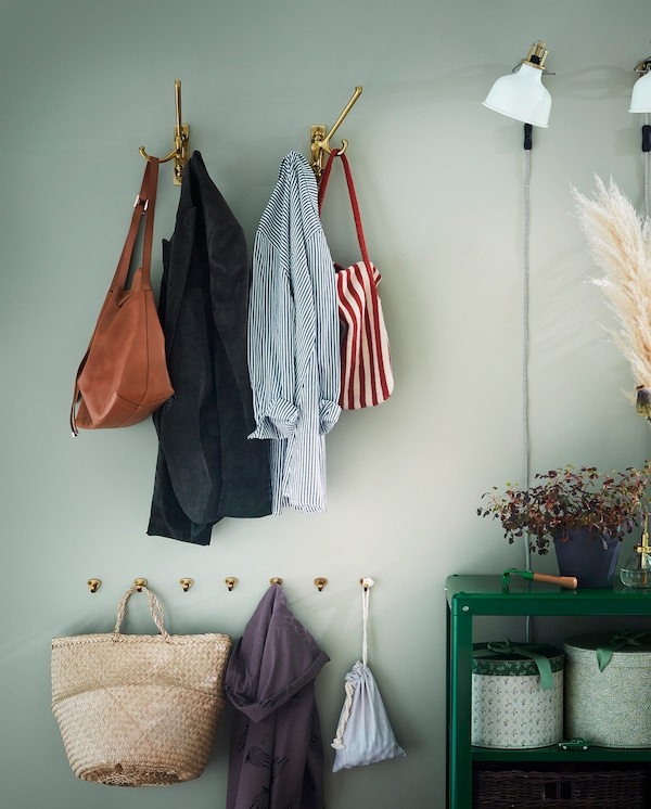 Ganchos xiratorios triplos de cor latón e ganchos máis pequenos a diferentes alturas, para que toda a familia os poida usar.