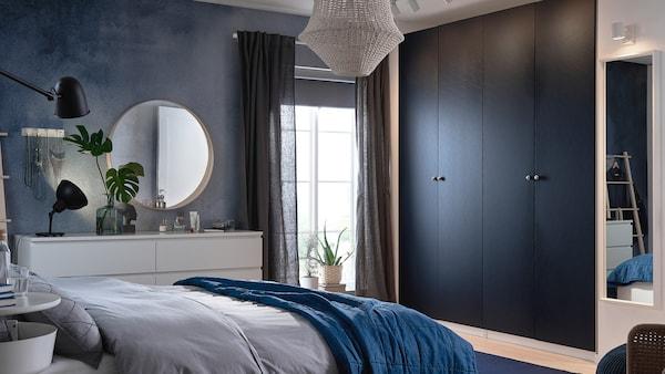 Гардеробы ПАКС с различными дверями прекрасно дополняют мебель из серии МАЛЬМ