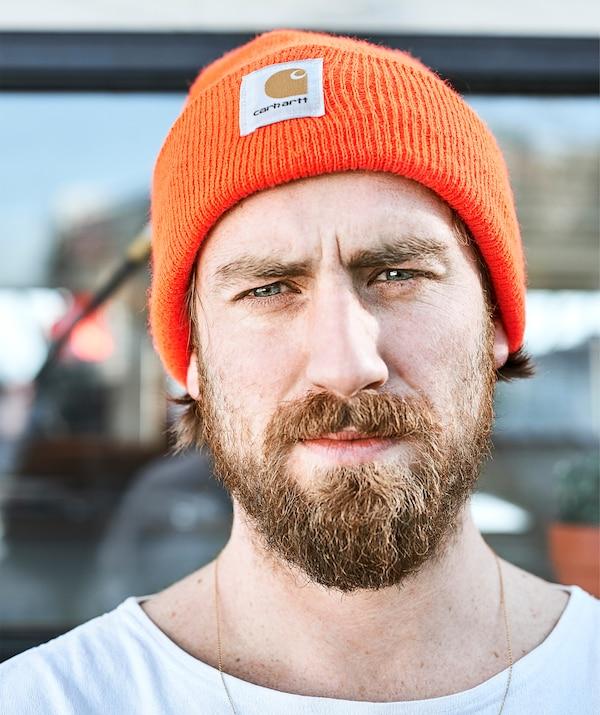 Gareth com um chapéu em laranja.