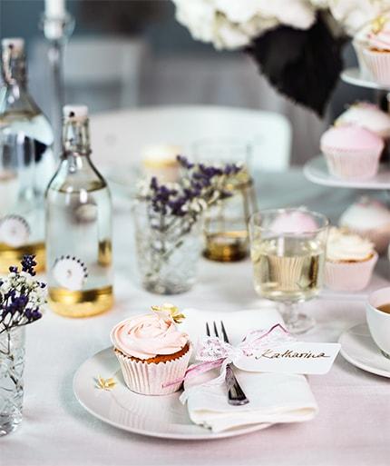 Gedeckter Hochzeitstisch mit weißem Porzellan & Kristallgläsern & Accessoires in Gold