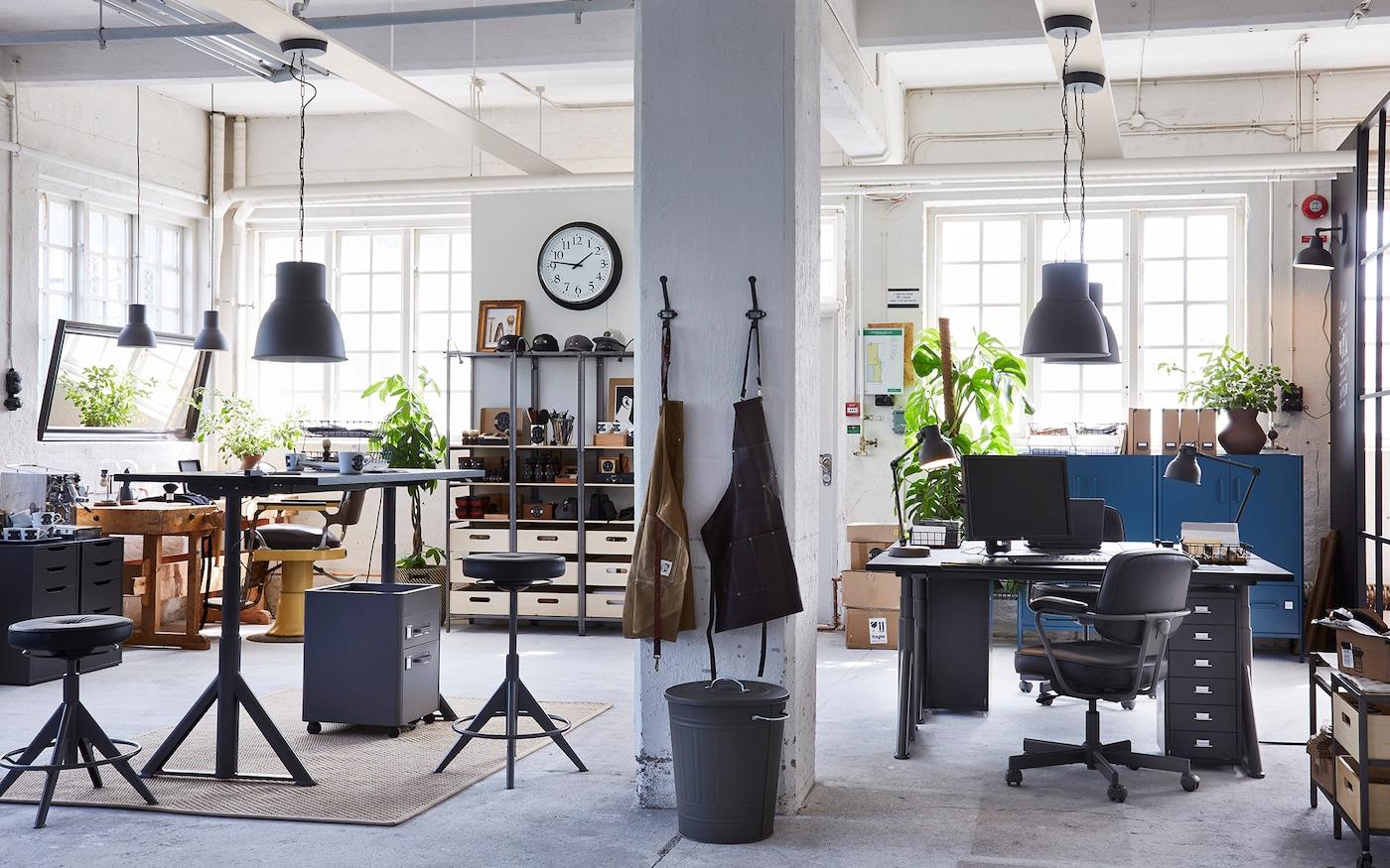 Gemeinsam genutztes Büro mit IDÅSEN Sitz- und Stehschreibtischen von IKEA & ALEFJÄLL Bürostühlen