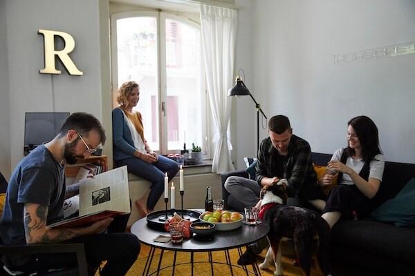 Gemeinsam Zeit mit Freunden im Zuhause verbringen