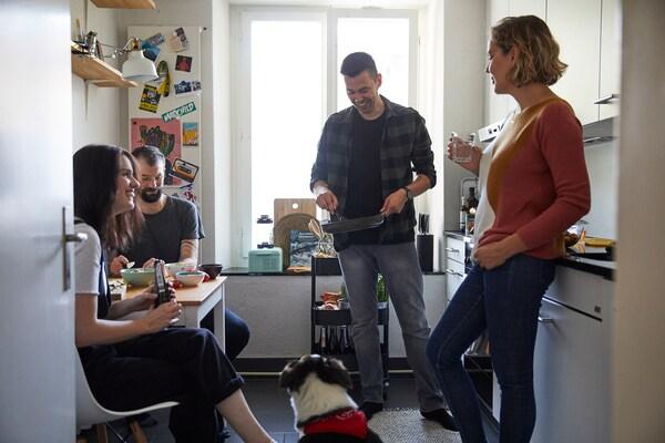 Gemeinsames Kochen mit Freunden in der IKEA Küche.