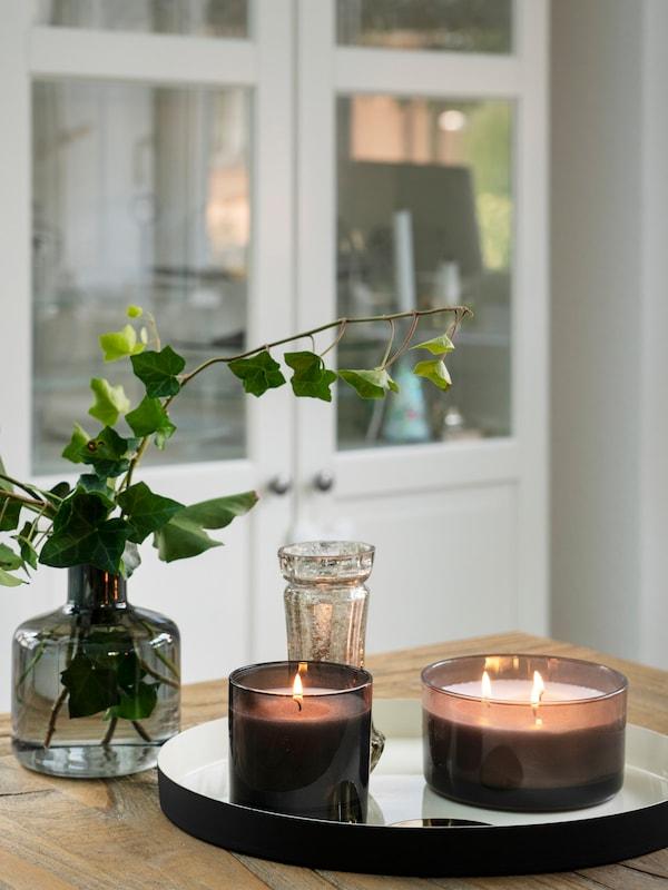 Gemütliche Ecke auf dem Esstisch in Kombination mit IKEA Kerzen, IKEA Vase auf einem IKEA Tablett.
