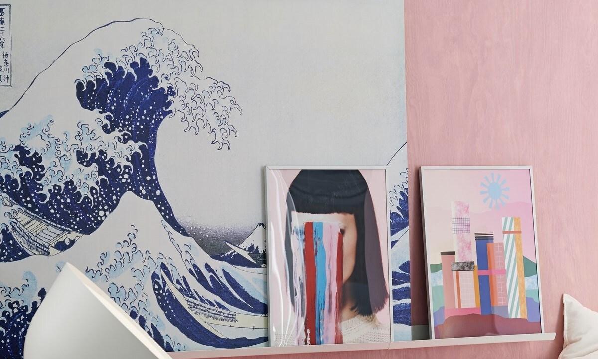 Gerahmte Bilder mit verschiedenen gezeichneten Wellenmotiven oder grafischen Symbolen.