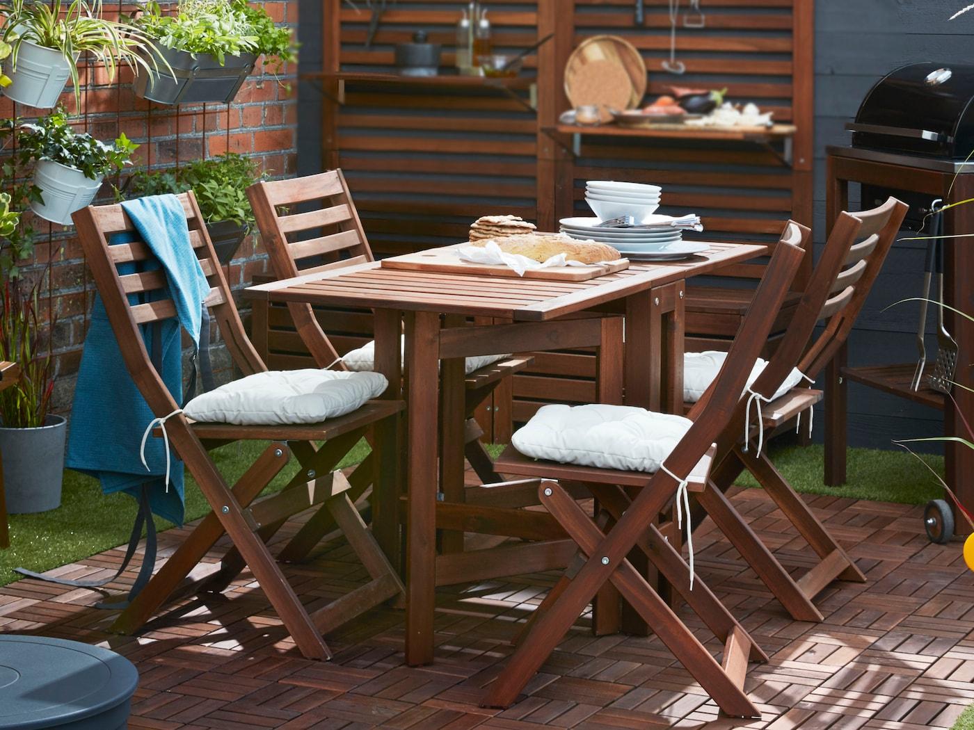 Gestalte dir aus IKEA ÄPPLARÖ Tisch+4 Klappstühle/aussen braun las., Ausziehtischen und Aufbewahrungselementen eine moderne Oase für draussen.