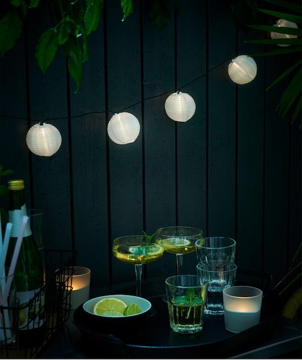 Gestalte dir eine kuschelige Atmosphäre für lauschige Abende im Freien, z. B. mit einer Lichterkette, die du den ganzen Sommer über draußen lassen kannst: IKEA SOLVINDEN Solarhängeleuchte röhrenförmig weiß.