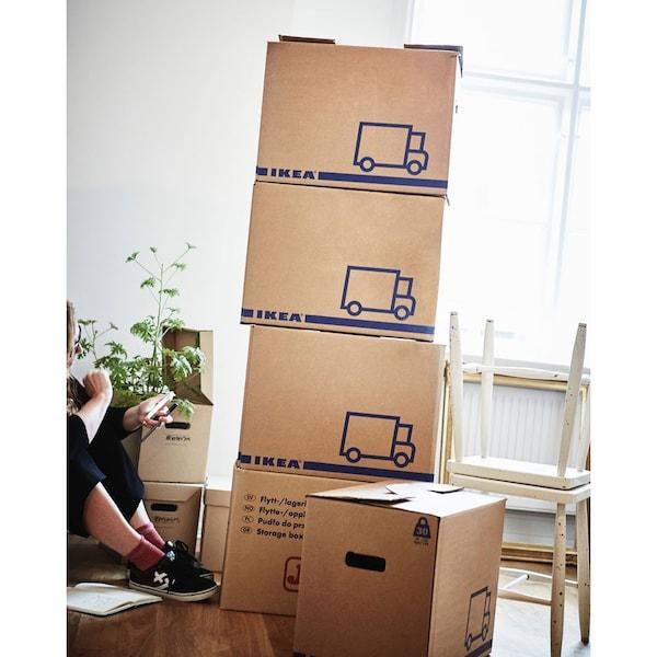 Gestapelte IKEA Umzugskartons