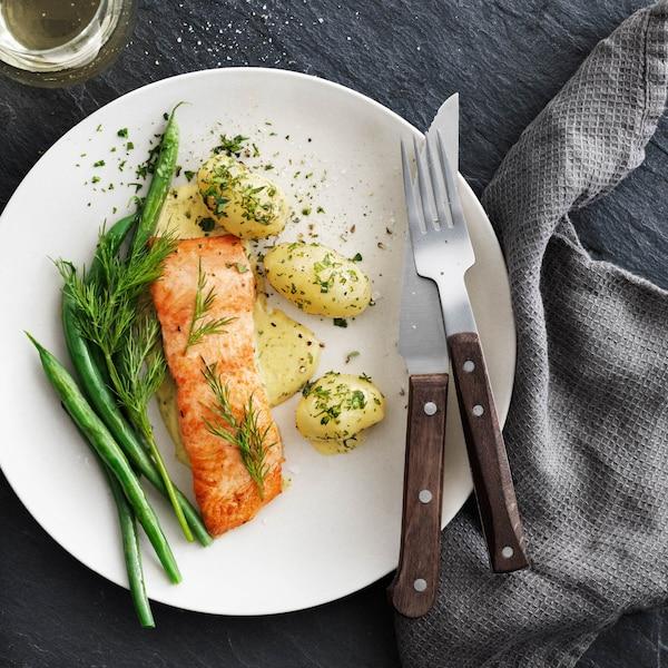 Gesunder Lachs für alle. Die IKEA SJÖRAPPORT Serie wird gemeinsam mit Lieferanten produziert, die sich verantwortungsvoller Aquakultur, Fischerei und Aufzucht verpflichtet fühlen.