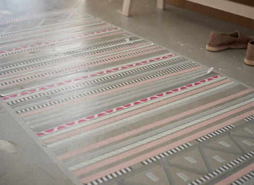 Get inspired and experience new home ideas from Ikea. Here we show you how to create a rag rug using IKEA UPPFATTA rolls of tape in pink, grey and mint-hued stripes with pink border. It's fun and you can do it yourself!